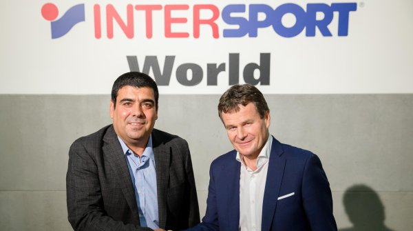 Willkommen in der Intersport-Familie: der chilenische Sporthändler Cristian Córdova (links) mit dem CEO der Intersport International Corporation, Franz Julen.