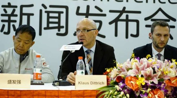 "Start in Beijing: Klaus Dittrich (center), chairman of ""Messe München"", and Thomas Mur (r.), Managing Director of Fiera Bolzano, and Shen Faqiang (l.), Chairman of Toread, welcoming the guests at ISPO BEIJING 2016."