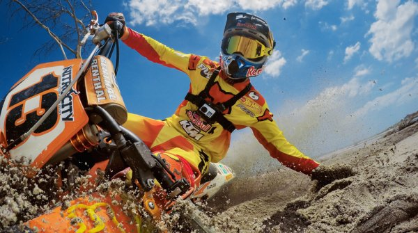 This is how spectacular the new partnership looks: Motocross star Ronnie Renner is filmed with a GoPro camera from the first person perspective.