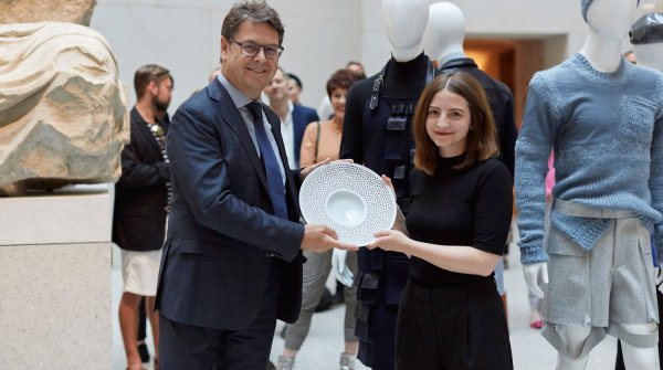 Manfred Junkert, Confederation of the German Textile and Fashion Industry CEO and member of the SDBI – Stiftung der Deutschen Bekleidungsindustrie (German Fashion Industry Foundation) advisory committee, with award winner Katharina Buczek