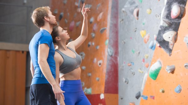 Ready to scale the summit or the hall ceiling: with climbing and bouldering, indoor is becoming more and more popular.