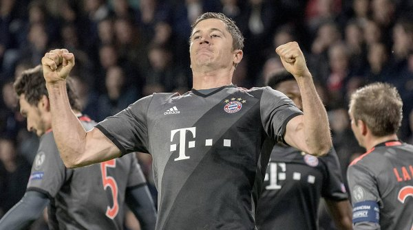 The Bavarians are bursting with strength: Robert Lewandowski flexes his muscles.