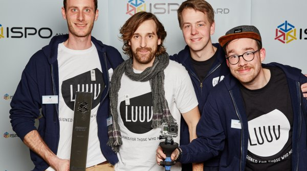 "Beim ISPO AWARD 2015 räumte Luuv ab, CEO Felix Kochbeck (l.) hält den Pokal für das ""Product of the year"" in der Action-Kategorie."
