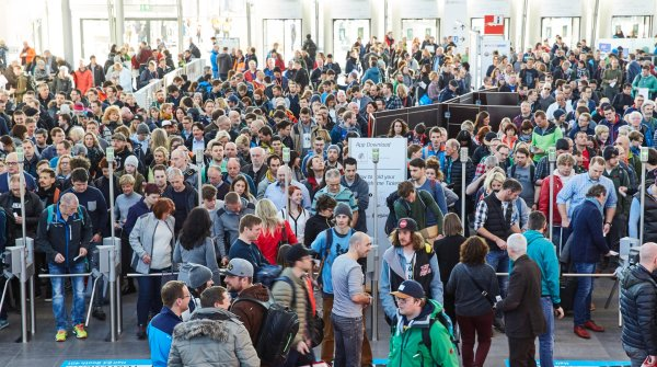Let's get going: Even before the opening of the halls, hundreds of visitors were standing at the entrance of Messe München.