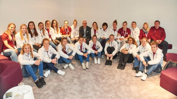 FC Bayern's women's soccer team together with the CEO of Messe München, Klaus Dittrich