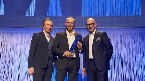 Hermann Maier (M.) proudly holds the ISPO trophy 2017, which he was awarded by Klaus Dittrich (Chairman of Messe München GmbH). The laudatory speech was held by Gerd Rubenbauer (l.).