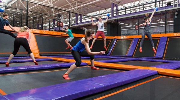 Nicht nur für Kinder und Jugendliche ist ein Besuch in einer modernen Trampolinhalle – wie hier im Jump Hose Leipzig – ein großer Spaß.
