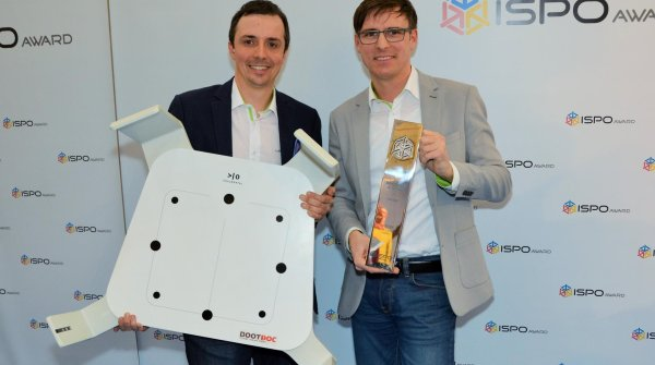 Silvio Haslinger (Head of Marketing Sports) and Daniel Steininger (Head of Distribution Sports) rejoice over the ISPO AWARD.