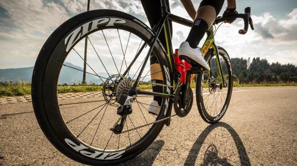 Damit Rennradsportler auch 2018 sicher in die Pedale treten können, gibt es wieder einige Innovationen
